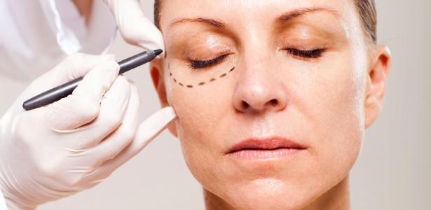 http://clinicadeos.com.br/wp-content/uploads/2016/07/mulher-sendo-preparada-para-cirurgia-plastica-nas-palpebras-1384467200554_615x3007.jpg